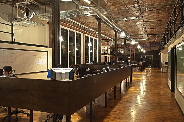 interior kantor dengan konsep country full kayu asli dengan void dan tangga baja (9)