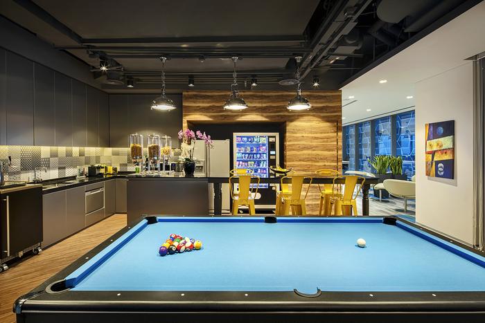 arsitek-ruang-kantor-dengan-kitchen-set-minimalis-dengan-meja-billyard-dan-lampu-gantung-minimalis