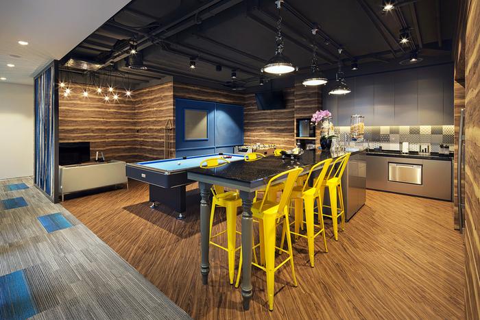 arsitek-ruang-kantor-dengan-meja-makan-minimalis-dengan-kursi-besi-warna-kuning