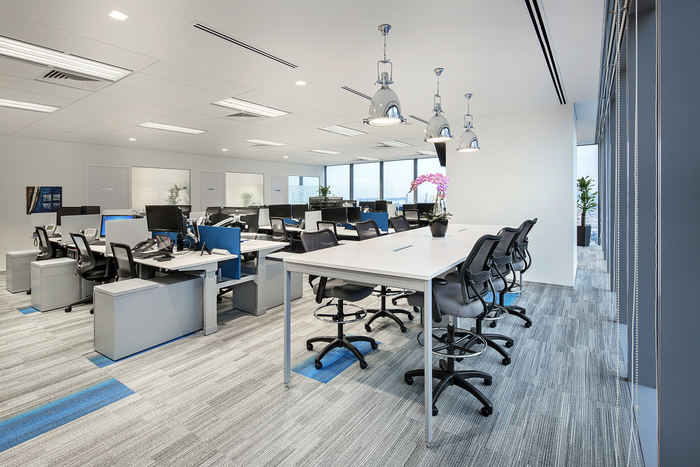 arsitek-ruang-kantor-dengan-meja-workstation-minimalis-warna-abu-abu-hpl-dan-lampu-gantung-minimalis