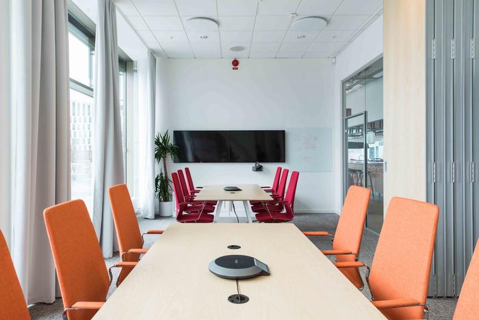 desain-interior-kantor-minimalis-dengan-desain-ruang-meeting-modern-dengan-pintu-lipat-pembagi