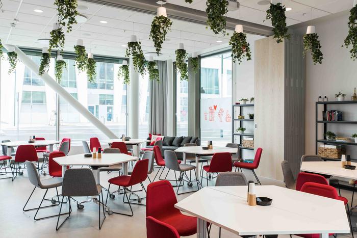 desain-interior-kantor-minimalis-dengan-downlight-dari-dahan-tanaman-dan-meja-makan-heksagonal-dan-lantai-dari-vinil