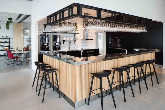 desain-interior-kantor-minimalis-dengan-meja-bar-di-padu-kitchen-set