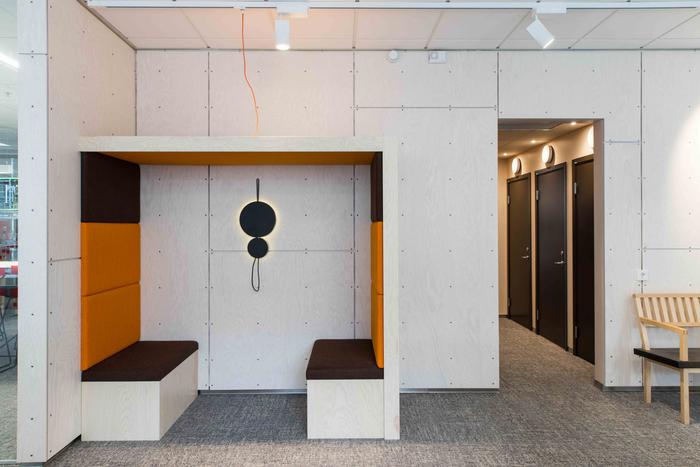 desain-interior-kantor-minimalis-dengan-ruang-meeting-terbuka