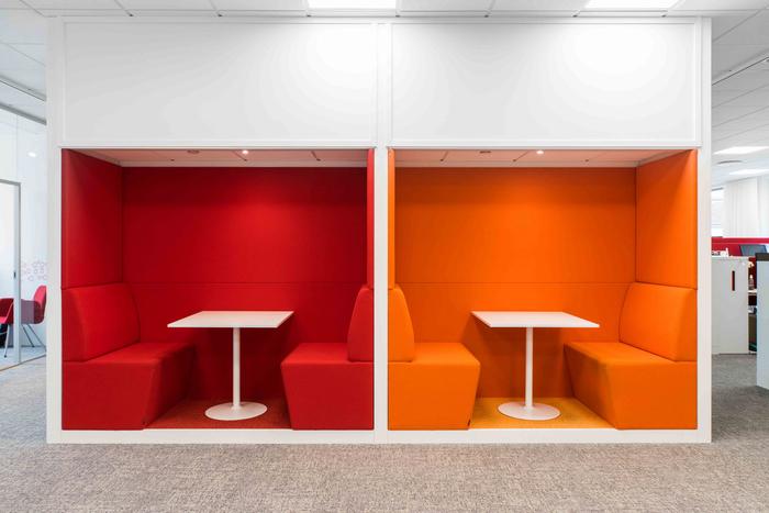 desain-interior-kantor-minimalis-dengan-ruang-meeting-terbuka-dengan-warna-pastel