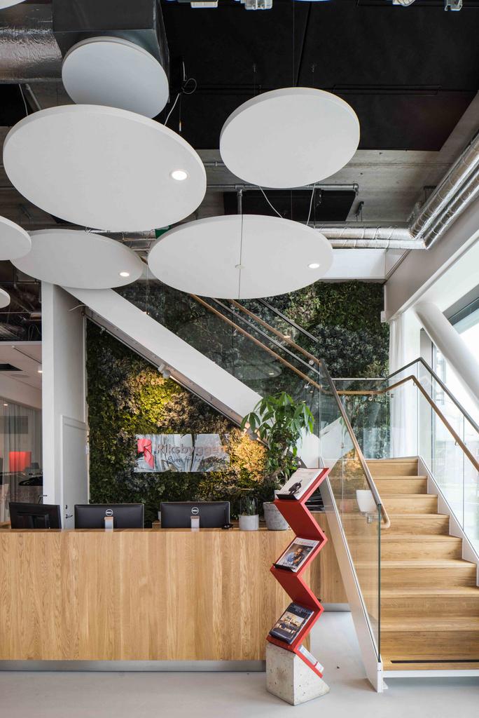 desain-interior-kantor-minimalis-dengan-tangga-kayu-ramin-dan-realing-tangga-dari-kaca-dengan-plafon-ekspose-ceilling