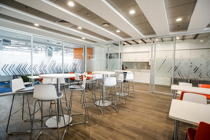 kontraktor-interior-ruang-makan-minimalis-dengan-lantai-parket