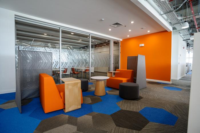 kontraktor-interior-ruang-tungu-minimalis-dengan-dinding-orange-dan-kaca-glass-wall