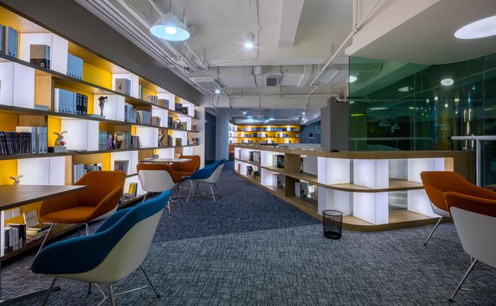 desain-interior-perpustakaan-minimalis-dengan-meja-baca-yang-keren-rak-rak-buku-yang-modern
