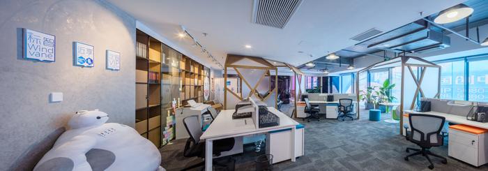 desain-interior-ruang-kerja-minimalis-warna-putih-dengan-lemari-buku