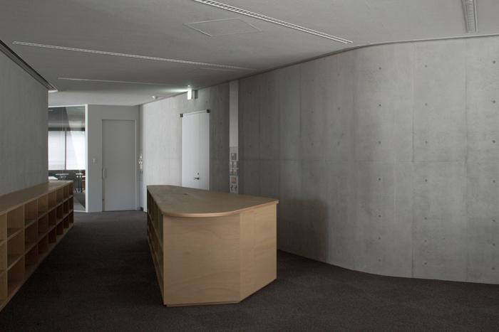 dinding-finishing-beton-ekspose-berwarna-abu-abu-dengan-lantai-karpet-dan-ceiling-gybsum-dan-pintu-besi-berwarna-putih