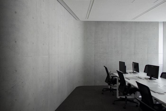meja-kerja-minimalis-dengan-dinding-beton-ekspose-tidak-di-cat