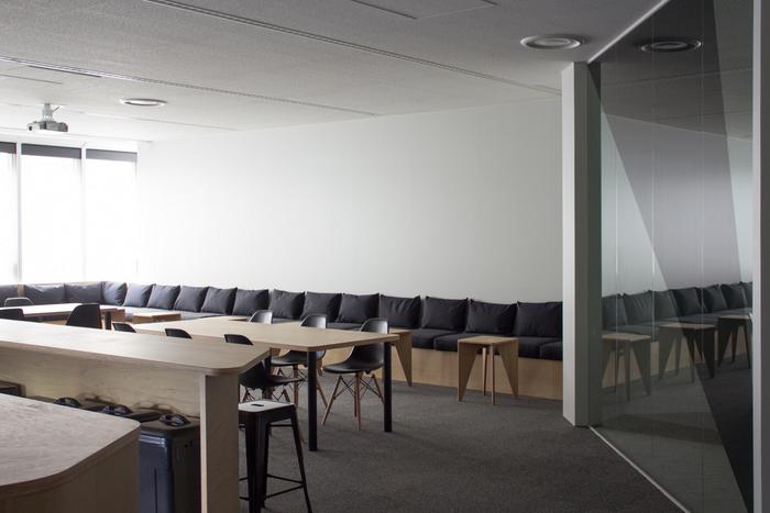 ruang-makan-bisa-di-fungsikan-sebagai-ruang-meeting-besar