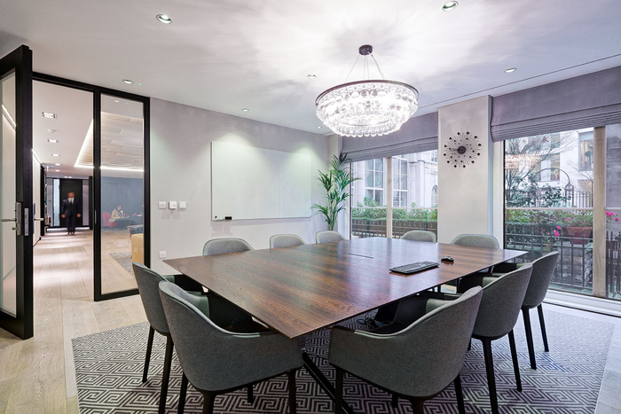 desain-interior-kantor-ruang-rapat-dengan-pot-tanaman