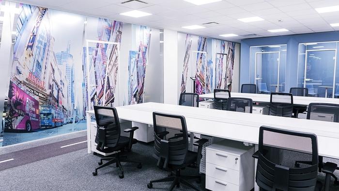 renovasi-kantor-area-workstation-staff-dengan-dinding-wallpaper