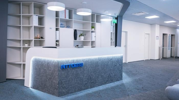 renovasi-kantor-dengan-meja-receptionis-berwarna-abu-abu-dengan-tata-lampu-minimalis