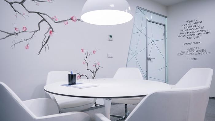 renovasi-kantor-dengan-menggunakan-dinding-di-finish-wall-paper-printing-daun-dan-dahan-pohon-dengan-pintu-aluminium-kaca-dan-meja-bundar-duko-dan-kursi-putih