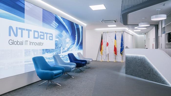 renovasi-kantor-dengan-ruang-receptionis-minimalis-dengan-kursi-tunggu-besar