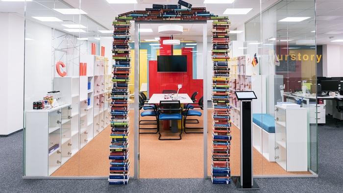 renovasi-kantor-di-area-perpustakaan-dengan-konsep-minimalis-di-batasi-dinding-glass-wal