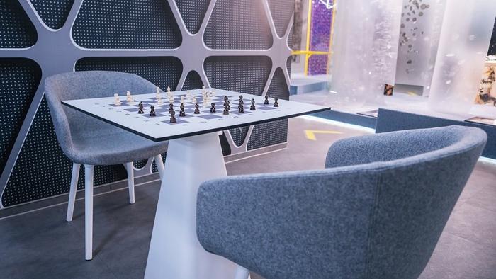 renovasi-kantor-di-area-ruang-santai-dengan-meja-catur