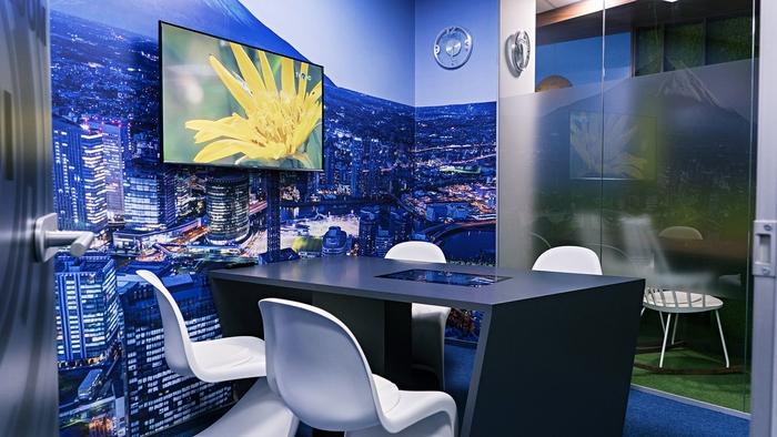 renovasi-kantor-di-ruang-meeting-kecil-untuk-4-orang-dengan-wallpaper-nuansa-kota