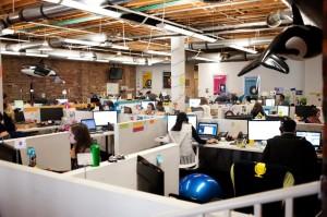 ruang kerja staff open space terbuka tanpa dinding (1)